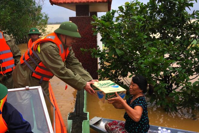 Tướng Man trong 1 lần trao quà cứu trợ cho người dân vùng lũ